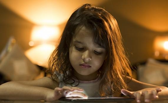 बच्चे का स्क्रीन टाइम घटाने की 5 तरकीबें