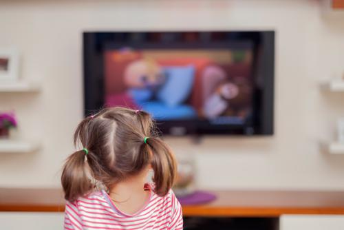 انعام کی صورت میں ٹی وی دیکھنے دینا بچوں کے لیے خطرہ ہے