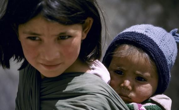 بڑے بچے چھوٹے بھائی بہنوں کی پرورش میں کرتے ہیں